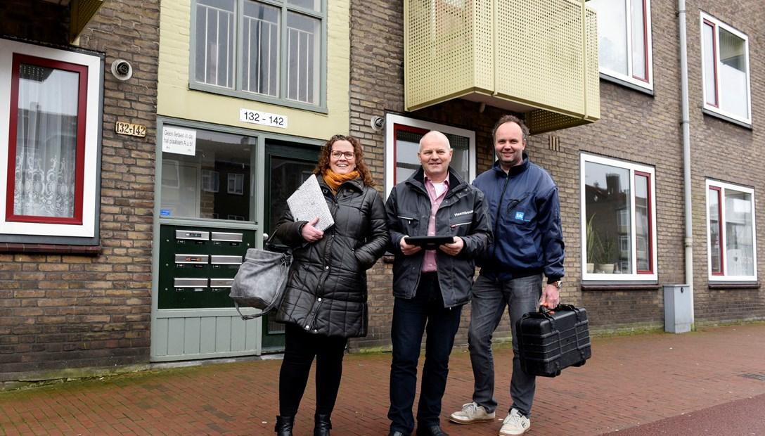 Bewonersbegeleider Liset Heembouw met Ton Bakker