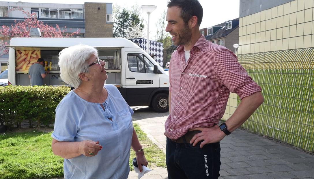 Bob Jonkheer met bewoner bij startfeestje renovatie woningbouwproject Vreebos Zoetermeer voor Vidomes