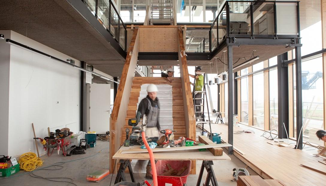 Het plaatsen van de circulaire trap bij Heembouw Kantoren. Wij creëren plekken waar mensen willen zijn
