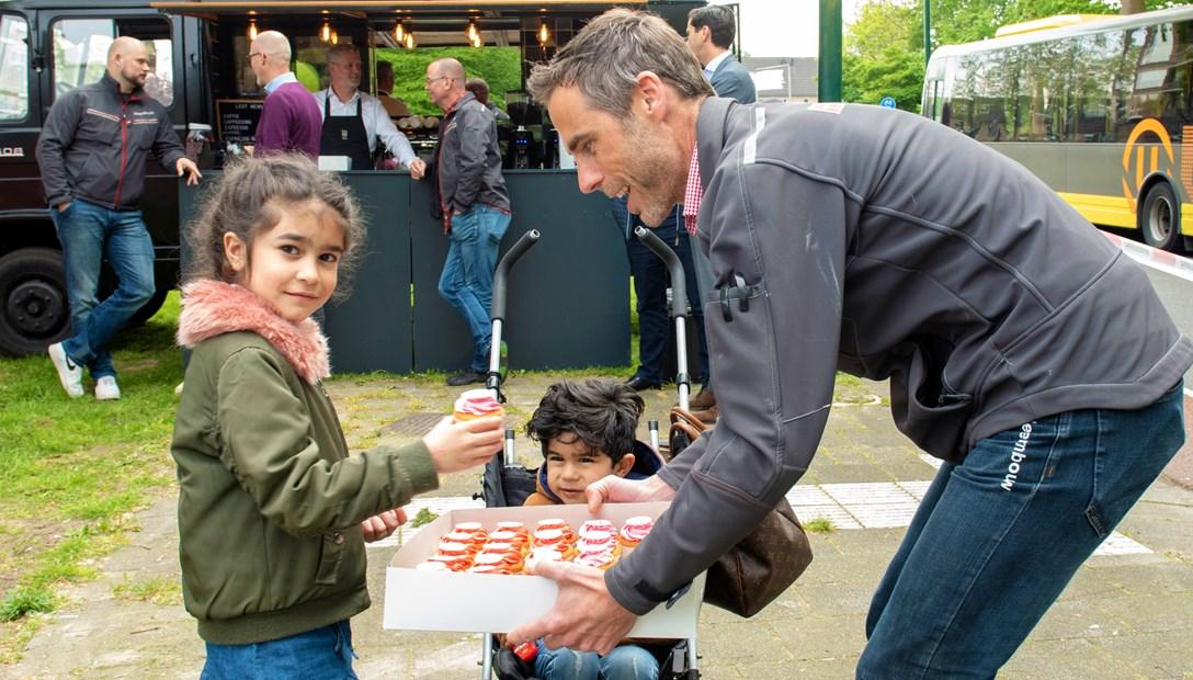 Europakwartier Startfeestje kind krijgt cadeautje