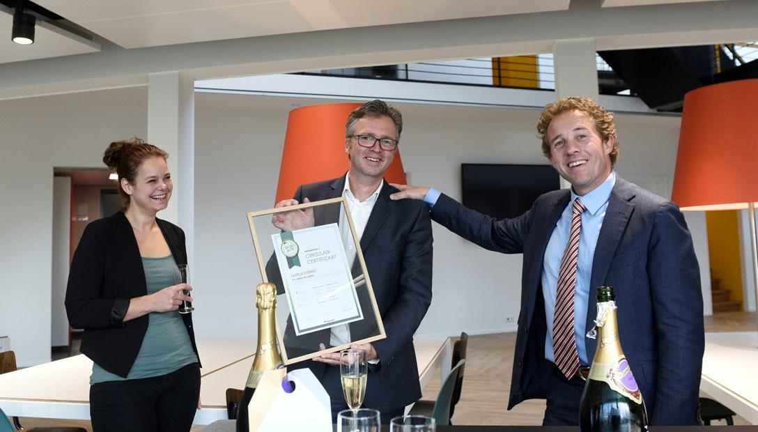 Roland van Oostrom neemt circulair groen bezig certificaat in ontvangst