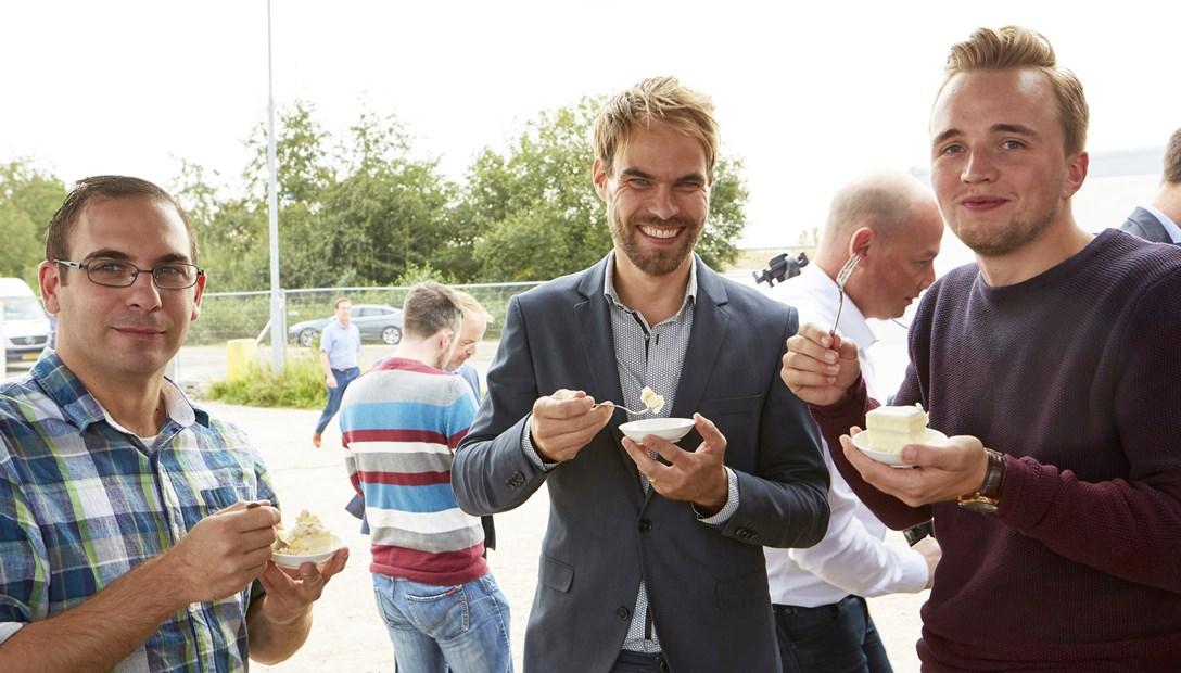 Sander Dekker eet een taartje
